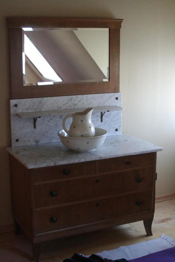 antike waschkommode mit spiegel steinplatte wasserkrug und waschsch ssel in baltmannsweiler. Black Bedroom Furniture Sets. Home Design Ideas