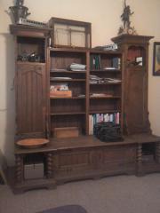 antiker Büroschrank vor