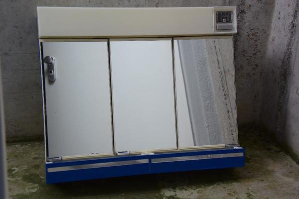 bad spiegelschrank 3 t rig mit beleuchtung in kupferzell bad einrichtung und ger te kaufen. Black Bedroom Furniture Sets. Home Design Ideas