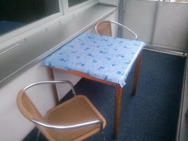 biete hier meiner verstorbenen eltern einen balkon gartentisch mit zwei st hlen an der. Black Bedroom Furniture Sets. Home Design Ideas