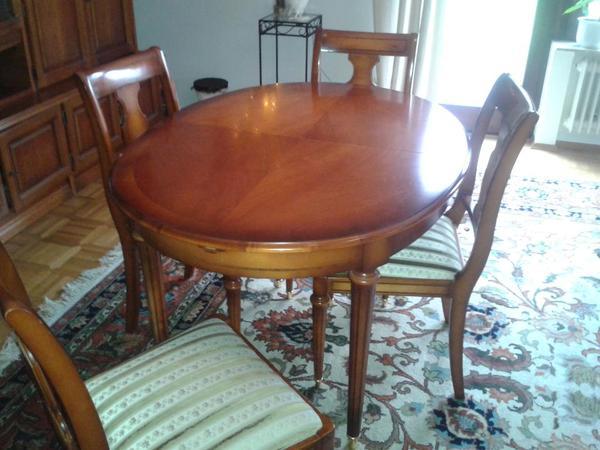 Tisch ist ausklappbar und die Stuehle haben einen grasgruenen Bezug