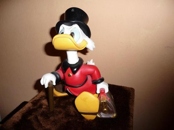 dagobert duck disney figur statue in haar spielzeug. Black Bedroom Furniture Sets. Home Design Ideas