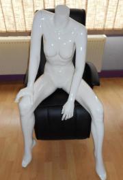 Damen Schaufensterpuppe sitzend -