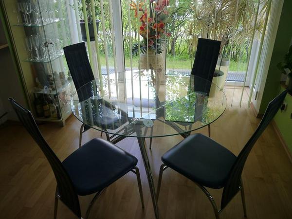 verkaufe e zimmer tisch mit glasplatte durchmesser 110cm gestell in chrom und dazu 4 st hle. Black Bedroom Furniture Sets. Home Design Ideas