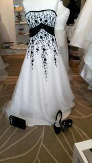 extravagantes Brautkleid in Gr. 38 sehr gut erhalten mit Schuhe und ...