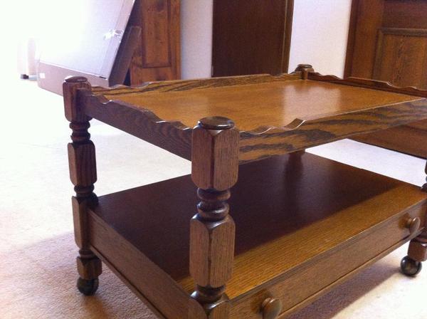 fernsehboard auf rollen dunkles holz aufwendig. Black Bedroom Furniture Sets. Home Design Ideas