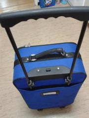 großer blauer Koffer -