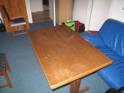großer Holztisch