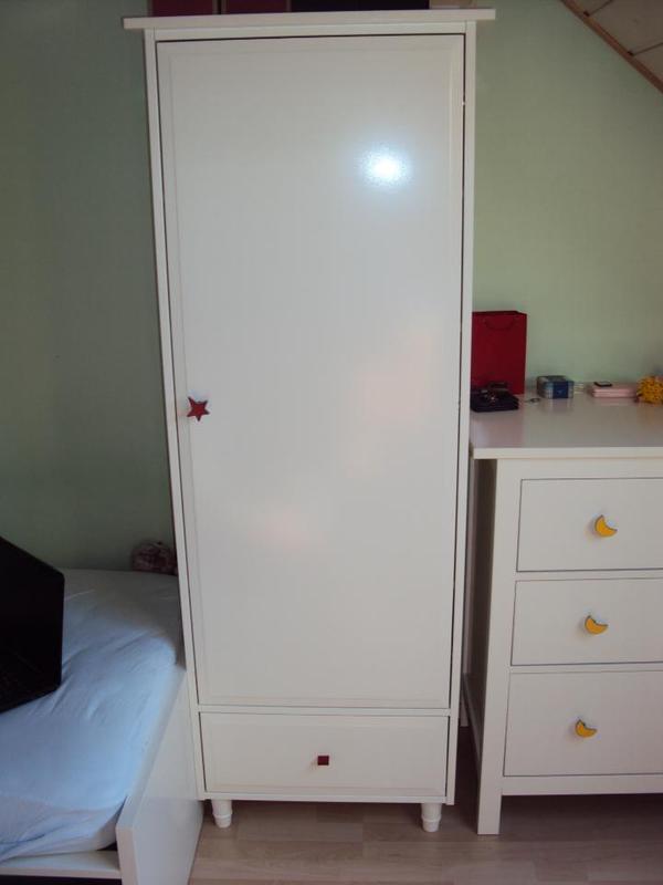 ikea kleiderschrank mit einer kleiderstange zwei versetzbare einlageb den und einer schublade. Black Bedroom Furniture Sets. Home Design Ideas