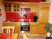 Küche mit Vitrinenschrank