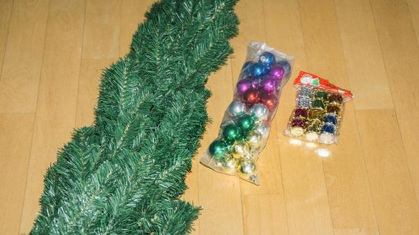 k nstlicher weihnachtsbaum gr n 180 cm mit kugeln und. Black Bedroom Furniture Sets. Home Design Ideas