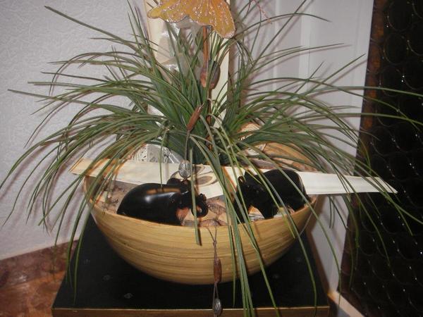 moderne k nstliche pflanze mit deko mit passendem hocker. Black Bedroom Furniture Sets. Home Design Ideas