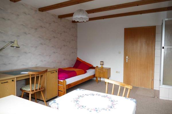 Möbliertes Balkonzimmer mit Dusche und Kochgelegenheit in