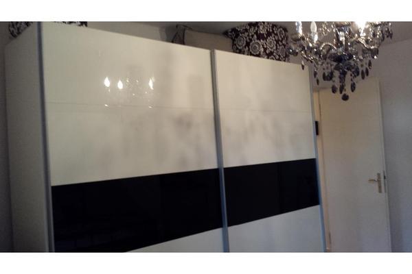 schiebeschrank schwarz wei super zustand in offenbach schr nke sonstige schlafzimmerm bel. Black Bedroom Furniture Sets. Home Design Ideas