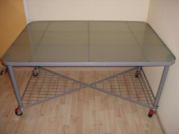 schreibtisch mit milchglasscheibe untertischablage auf. Black Bedroom Furniture Sets. Home Design Ideas