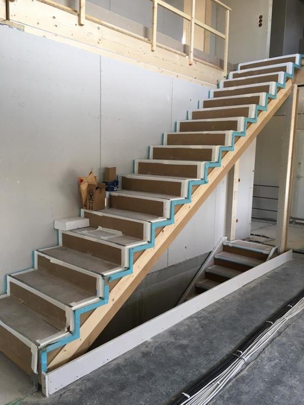 treppe gerade eiche massiv ge lt rohoptik neu in bretten holz kaufen und verkaufen ber. Black Bedroom Furniture Sets. Home Design Ideas
