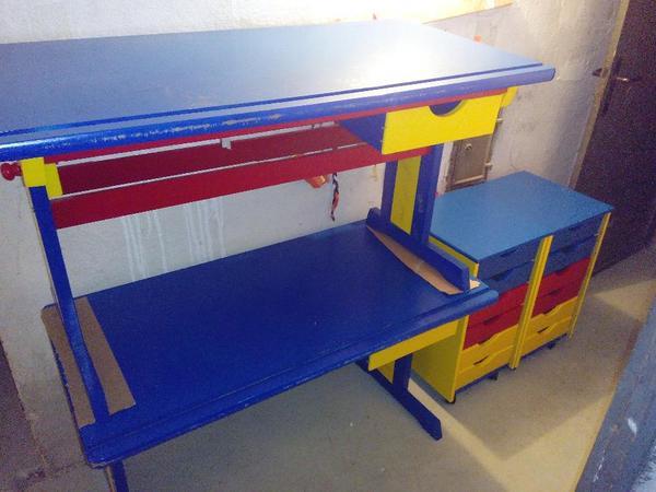 zwei holz kinderschreibtische und zwei beistellschr nkchen. Black Bedroom Furniture Sets. Home Design Ideas