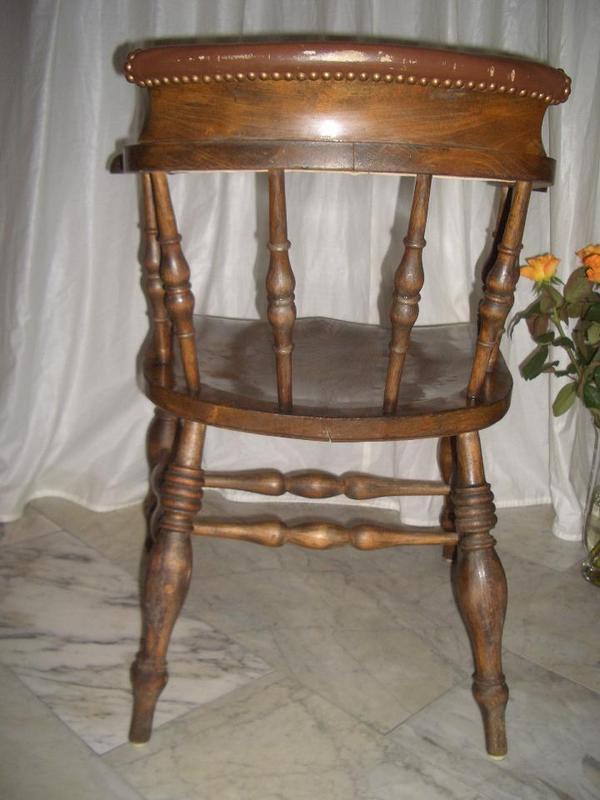 Antiker Captain Chair dunkel mattglänzend