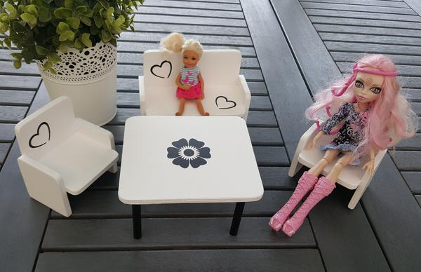 Barbie . . 4 tlg. Möbel-Set - inkl. Versand - Neu ! ! ! - Rees - --Handmade --Marke Eigenbau--Hier könnt ihr ein tolles Möbel-Set für Barbies & Co. erwerben.Sie sind in Eigenkreation passend zu den Puppen gebaut und liebevoll designt worden.Verkauf ohne Deco und Puppen! Nur die Möbel!Holz lackiert mit Farbe  - Rees
