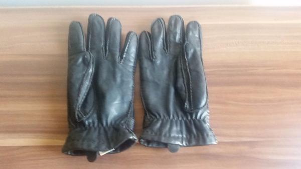 BARBOUR Leder - Handschuhe - A-5020 Salzburg - Verarbeitung: Fingerhandschuh mit drei Aufnähten auf der Oberhand.An der Oberfläche ist ein Riegel mit einem kleinem Metalllogo angebracht.An der Unterseite Lederbesatz.Innen ist der Handschuh mit einem Fleecegewebe mit Tinsulate®-Fun - A-5020 Salzburg