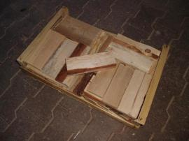 Holz - Brennholz-Anfeuerholz -Brettchen