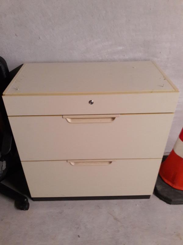 Büromöbel, Schreibtisch, Regal, Hängeregisterschrank, Stühle usw in ...
