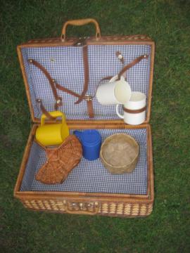 Camping - Koffer Spielekoffer Kinderkoffer: Kleinanzeigen aus Birkenheide Feuerberg - Rubrik Campingartikel