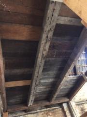 Dachgebälk und -ziegel