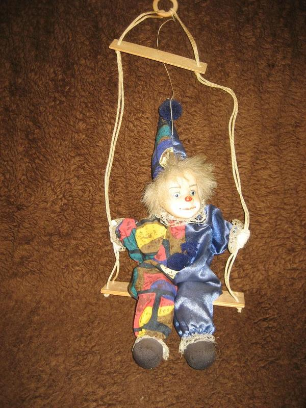 deko clown clownpuppe puppe marionette auf schaukel zum aufh ngen sammlungsaufl sung in. Black Bedroom Furniture Sets. Home Design Ideas