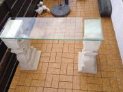 Glastisch mit Antiksäulen aus Kunststein