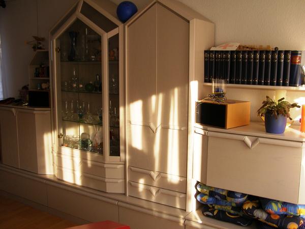 Gro e wohnzimmerschrankwand aus wei em holz mit licht in for Grosse esszimmertische aus holz