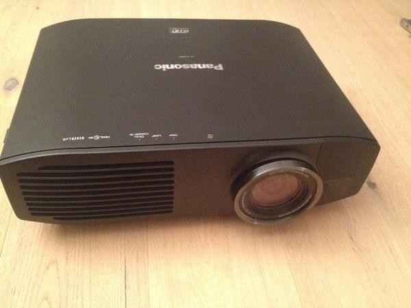 Panasonic PT AT5000 3DHD Beamer - Grabe Kleingrabe - Panasonic PT AT5000 3DHD BeamerVerkauft wird ein Panasonic HD/3D Beamer. Der Beamer ist zwei Jahre alt. Die Lampe ist vor 20 Stunden ausgetauscht worden. - Grabe Kleingrabe