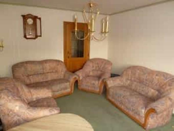 Sofa Sitzgarnitur - München - Sofa Sitzgarnitur, in einem guten Zustand aus nicht Raucher Haushalt, nicht ausziehbar, zusammen für 100 Euro oder einzeln zu verkaufen. Besteht aus 2 Sofas 160 cm breit und 75 cm Tief für 30 Euro/Stck und 2 Sessel 106 cm breit für 20 Euro/S - München