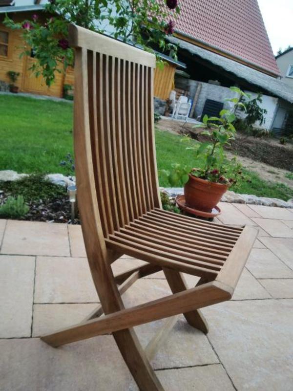 Teak-Stühle platzsparend zusammenklappbar