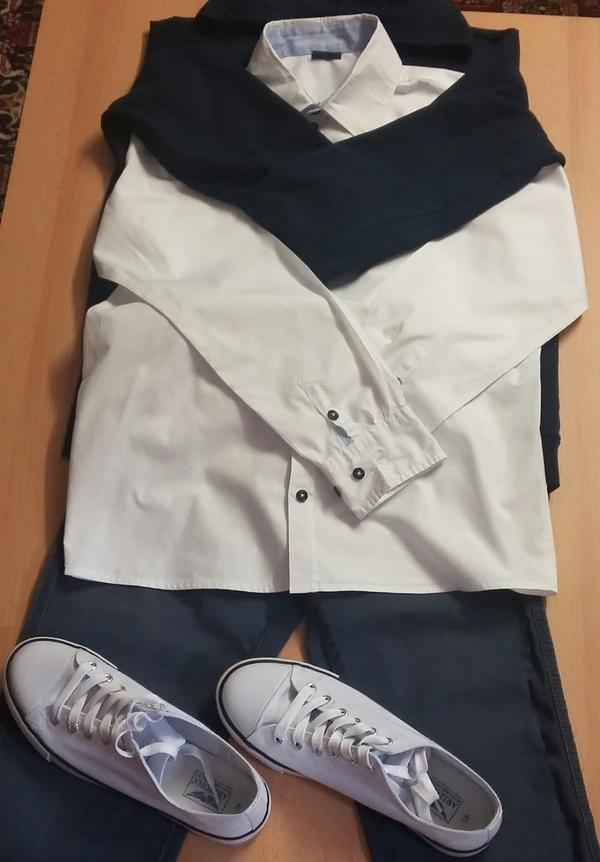 Weisse Sneakers Hose Hemd Jacke