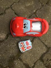 Witziges Spielzeugauto zu
